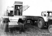 За кермом трактора механізатор Віктор Бевзо.